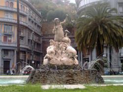 La statua della sirena Partenope in piazza Sannazzaro a Napoli