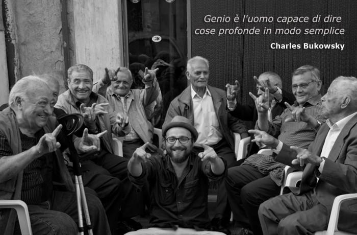 Luca Vullo con un gruppo di siciliani