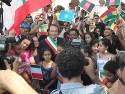 Domenico Lucano assieme ai suoi concittadini