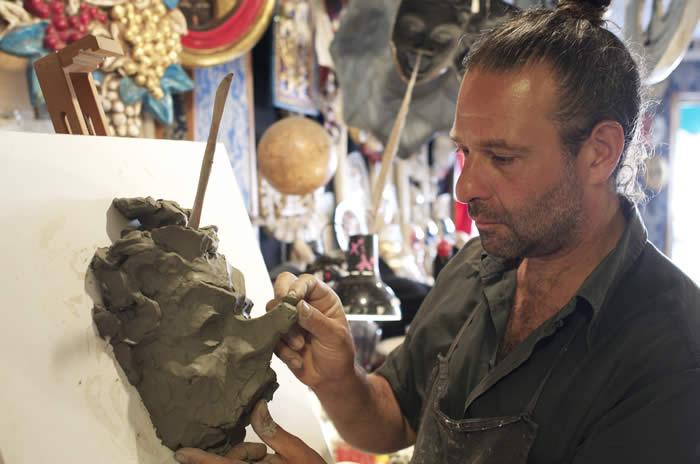 Leonardo Faggian nel suo laboratorio