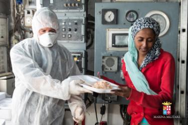 Un momento della distribuzione del pasto su una nave della Marina