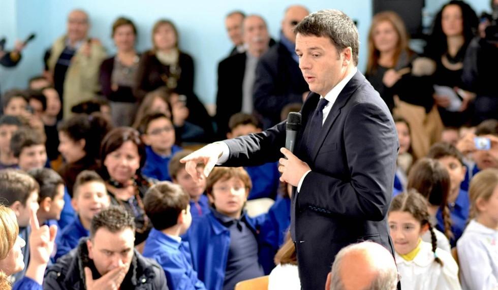 Matteo Renzi parla agli alunni di una scuola elementare