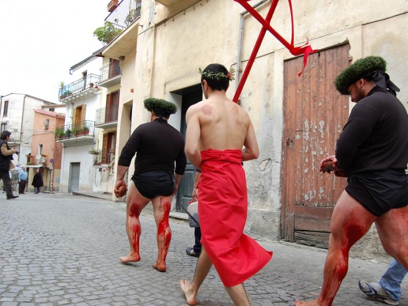 Sangue e preghiere, in Calabria si ripete il rito dei vattienti (B2-C1)